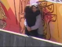Casal  fazendo sexo na passarela em plena luz do dia
