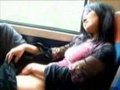 Japa se masturbando dentro do trem de ferro